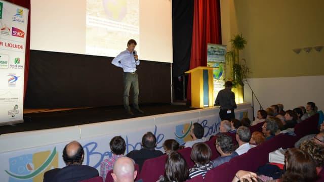 Nicolas Hulot sur la scène de La Bourboule, pour le Climate Bootcamp.
