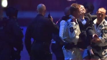 Une otage évacuée par la police, au moment de l'assaut.