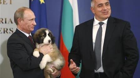 Vladimir Poutine a invité par internet les Russes à l'aider à trouver un nom pour le petit chien que lui a offert le week-end dernier son homologue bulgare, Boïko Borissov (à droite). /Photo prise le 13 novembre 2010/REUTERS/Oleg Popov