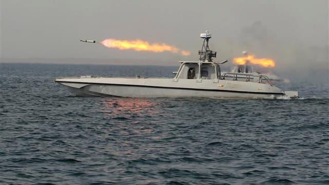 Tir de roquette lors de manoeuvres militaires iraniennes près du détroit d'Ormuz. L'armée iranienne a procédé samedi à des tirs expérimentaux de missiles à longue portée dans le cadre de ces manoeuvres maritimes dans le Golfe, selon l'agence iranienne Far