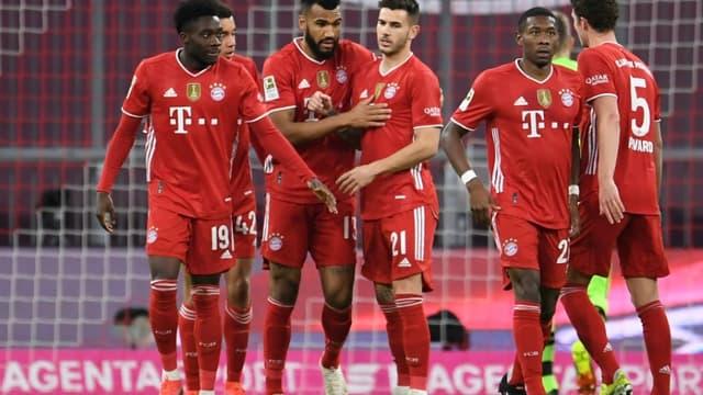 L'attaquant camerounais du Bayern Munich, Eric Maxim Choupo-Moting (13), félicité par ses coéquipiers après avoir ouvert le score face au Bayern 04 Leverkusen, lors de leur match de Bundesliga, le 20 avril 2021 à Munich