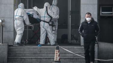 Des personnels médicaux à Wuhan, en Chine, à l'hôpital Jinyintan où des patients sont infectés par un mystérieux virus. -