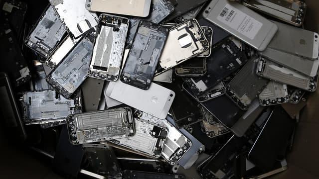 Dans le port du Havre, des carcasses d'ordinateurs et de smartphones arrivent par conteneurs entiers, prêtes à être réduites en pièces afin d'en récupérer les précieux matériaux