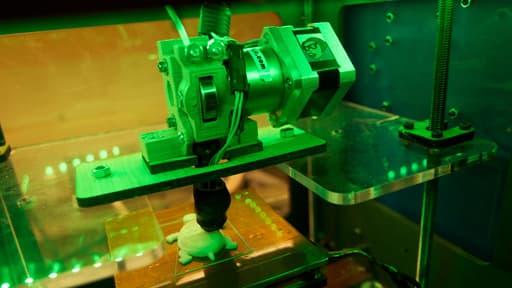 Une imprimante 3D imprimant une petite tortue.