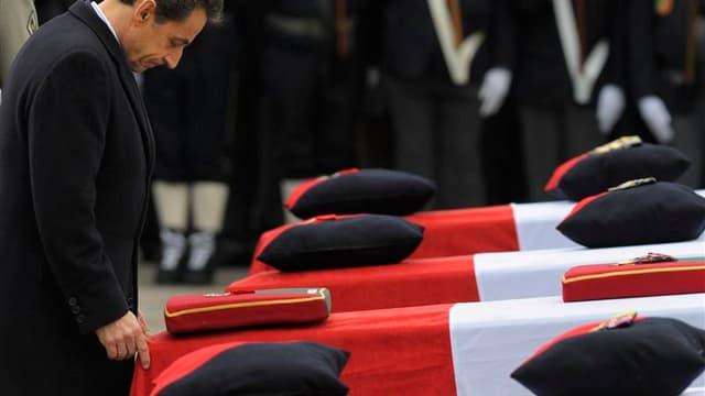 """Nicolas Sarkozy a rendu hommage mercredi à Varces, en Isère, aux quatre soldats français tués la semaine dernière en Afghanistan, où ils étaient venus lutter """"pour la paix et la stabilité"""", a-t-il dit, parlant d'eux en victimes du terrorisme. /Photo prise"""
