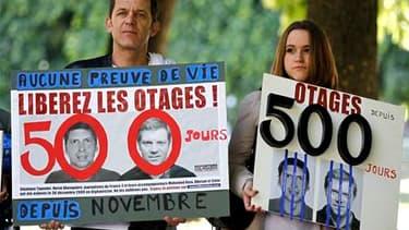 Manifestation de soutien aux journalistes Hervé Ghesquière et Stéphane Taponier, dont la détention en Afghanistan, où ils ont été enlevés en décembre 2009, a atteint 500 jours vendredi. Une quarantaine de rassemblement se sont tenus en France pour ne pas