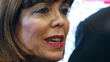 Joëlle Ceccaldi-Raynaud, maire de Puteaux, a offert des aspirateurs à ses administrés.