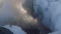 L'éruption du volcan islandais Eyjafjöll, qui a paralysé pendant six jours les transports aériens européens, se poursuit mais le nuage de cendres qu'il projette se maintient à basse altitude. /Photo prise le 21 avril 2010/REUTERS/Ingolfur Juliusson