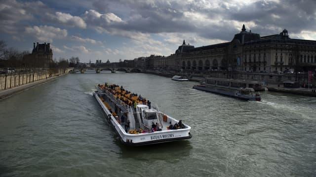 Les bateaux-mouches ont été popularisés à Paris au milieu du 20e siècle.