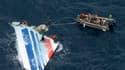 Récupération de débris du vol AF447 d'Air France qui s'est abîmé dans l'Atlantique, au large du Brésil, le 1er juin 2009, faisant 228 morts. Les enquêteurs ont dévoilé vendredi les dernières minutes de la chute dramatique de l'Airbus A330 sans trancher su