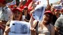Des dizaines de milliers d'Italiens, ici à Rome, ont manifesté vendredi contre le plan d'austérité du gouvernement Berlusconi à l'appel de la CGIL, la principale centrale syndicale du pays, la CGIL. /Photo prise le 25 juin 2010/ REUTERS/Tony Gentile