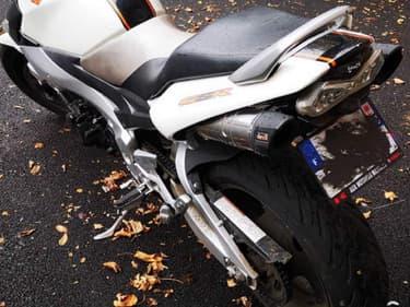 La plaque entièrement recouverte de graisse pourrait coûter cher à ce motocycliste.