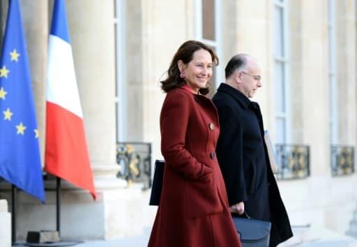Ségolène Royal et Bernard Cazeneuve à la sortie du conseil des ministres le 10 février 2016 à l'Elysée à Paris