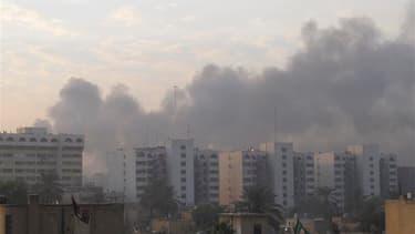 Fumée s'élevant de Bagdad après un attentat à la bombe dans le centre de la capitale irakienne. Une dizaine d'explosions ont frappé jeudi des quartiers chiites de Bagdad, faisant au moins 40 morts et 149 blessés. /Photo prise le 22 décembre 2011/REUTERS/M