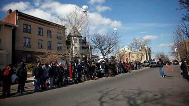 Journalistes rassemblés devant la maison funéraire de Whigham , à Newark. Des figures de la musique américaine sont attendues ce samedi dans le New Jersey, pour un ultime hommage à Whitney Houston, morte il y a une semaine dans une chambre d'hôtel de Beve