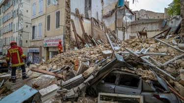 Des pompiers sur les décombres des immeubles effondrés rue d'Aubagne à Marseille, le 5 novembre 2018