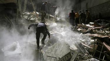 """Dans les décombres, les """"casques blancs"""" recherchent les éventuels survivants après le raid aérien qui a fait au moins 72 morts, à Khan Cheikhoun, en Syrie."""