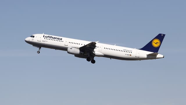 """Le plan négocié par la direction de Lufthansa prévoit """"que les licenciements secs de pilotes"""" soient menés """"au plus tôt au deuxième trimestre 2021"""", soit début avril."""