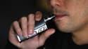 Une personne utilisant une cigarette électronique (photo d'illustration)