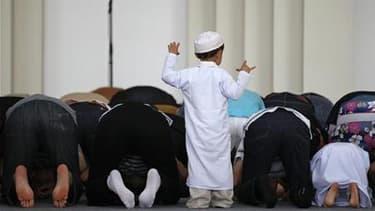 Prière à l'ouverture du ramadan à la mosquée de Strasbourg. La fin de cette période de jeûne et de prières a été fixée à mardi en France, où elle est observée par quelque cinq millions de musulmans pratiquants. /Photo prise le 1er août 2011/REUTERS/Vincen