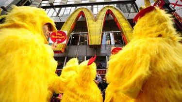 McDonald's est régulièrement critiqué pour nourrir ses poulets aux antibiotiques.