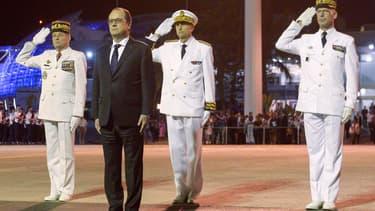 François Hollande lors de la cérémonie d'accueil à son arrivée à Nouméa, en Nouvelle-Calédonie.