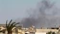 Colonne de fumée au dessus du complexe fortifiée Bab al Aziziah de Mouammar Kadhafi, à Tripoli. Des insurgés libyens ont pénétré mardi à l'intérieur de ce QG et ont tiré des coups de feu en l'air pour fêter l'événement. /Photo prise le 23 août 2011/REUTER