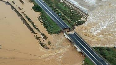 Cette parcelle du pont s'est effondrée ce mercredi en raison de pluies torrentielles en Sardaigne.