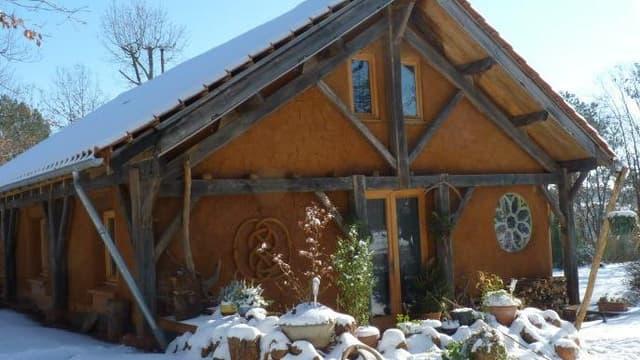 La maison en paille sous la neige