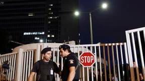 Le ministre chargé de la police en Grèce a échappé à Athènes à un attentat à la bombe qui a tué l'un de ses plus proches collaborateurs. L'attentat, perpétré au septième étage du ministère de la Protection civile au moyen d'un engin piégé, n'a pas été pou