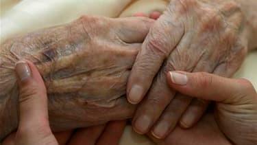 59% des Français jugent le projet socialiste en matière de retraites plus juste que celui du gouvernement, selon un sondage BVA publié mercredi par Les Echos et France Info. /Photo d'archives.REUTERS/Michaela Rehle