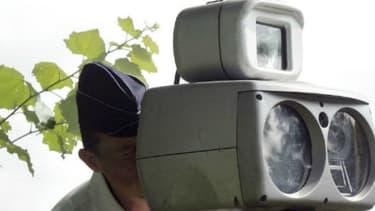 Un policier contrôle la vitesse avec un radar mobile. Le sénateur Jean-Pierre Grand veut empêcher le signalement de ces contrôles comme des radars fixes, quel que soit le dispositif utilisé.
