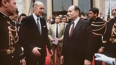 Valéry Giscard d'Estaing s'apprête à serrer la main du nouveau président François Mitterrand avant de quitter définitivement l'Elysée, le 21 mai 1981.