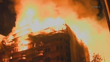 L'incendie s'est déclaré sur le chantier d'un complexe résidentiel, en plein centre de Los Angeles.