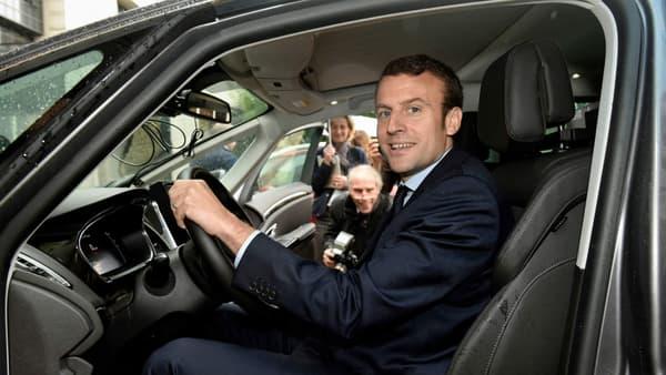 Ministre de l'Economie, Emmmanuel Macron teste la conduite autonome dans la cour de Bercy dans un Renault Espace, en 2016.