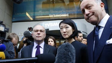 Les ministres Bernard Cazeneuve (Intérieur), Fleur Pellerin (Culture), Laurent Fabius (Affaires étrangères) devant le siège de TV5 Monde, à Paris  le 9 avril 2015, après le piratage.