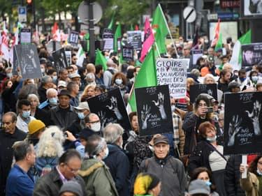 Des manifestants le 17 octobre 2021 dans les rues de Paris pour commémorer le massacre de plusieurs dizaines d'Algériens il y a 60 ans lors d'une manifestation