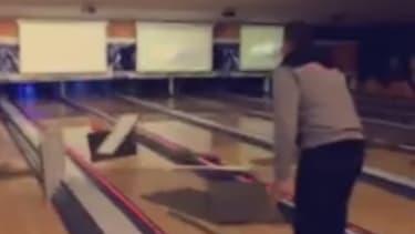 Une boule de bowling, un faux plafond, et un lancer un peu trop volontaire.
