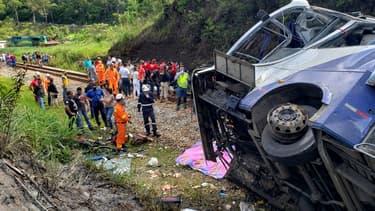 """Un autocar qui transportait 46 personnes est tombé d'un viaduc nommé """"Ponte Torta"""", près de la localité de Joao Monlevade, dans l'Etat de Minas Gerais"""