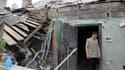 Un homme se tient dans les décombres d'une maison touchée par le bombardement à Donetsk.