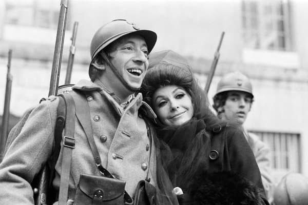 Le chanteur et compositeur Serge Gainsbourg (G), en poilu, et la danseuse Zizi Jeanmaire participent au tournage du spectacle télévisé réalisé par Roland Petit, retraçant un épisode de la guerre 14-18, dans la cour des Invalides à Paris, le 8 janvier 1969.