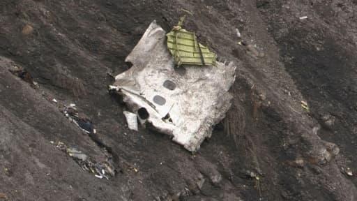 Image tirée d'une vidéo, le 24 mars 2015, montrant un débris de l'Airbus A320 de la Germanwings sur les lieux du crash dans les Alpes françaises, près de Seyne