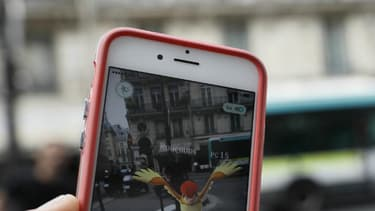 Un joueur de Pokemon Go dans les rues de Paris après sa sortie le 24 juillet 2016