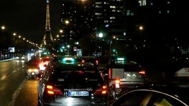 Un cortège de taxis en grève, tard mercredi soir à Paris.
