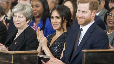 De gauche à droite: Theresa May, Meghan Markle et le Prince Harry, le 23 avril 2018 à Londres.