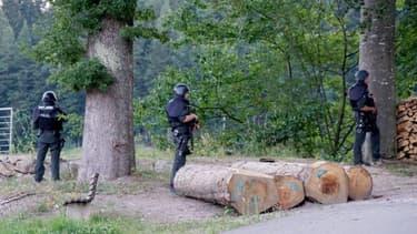 Des policiers allemands sont déployés le 13 juillet 2020 sur une route près de la localité d'Oppenau pour retrouver un fugitif lourdement armé et caché dans la Fôret Noire.