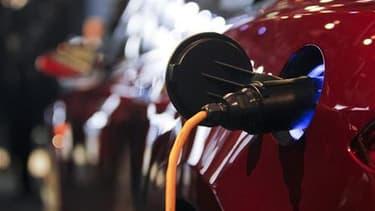 Selon EDF, une prise de courant spécifique sera probablement nécessaire pour recharger chez soi sa voiture électrique. La prise devrait coûter au moins 500 euros dans un premier temps. /Photo d'archives/REUTERS/Mark Blinch
