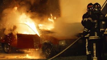 Une voiture incendiée lors de la nuit de la Saint-Sylvestre.