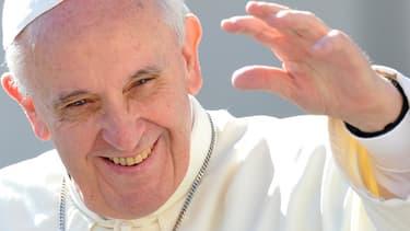 Le pape François en septembre 2013 salue les fidèles au Vatican.