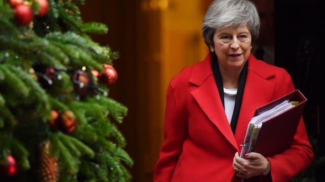 La Première ministre britannique Theresa May quitte Downing Street le 5 décembre pour aller défendre son texte sur le Brexit au Parlement.